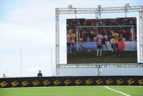 Un video con imágenes de jugadores de Brasil fue proyectado en una inmen...