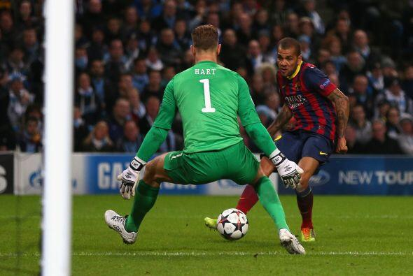 Ya sobre el final Dani Alves resolvió un mano a mano con el portero.