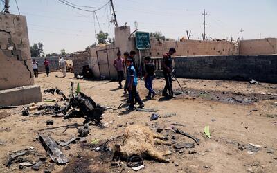 Un grupo de personas en un suburbio del sureste de Bagdad donde Estado I...