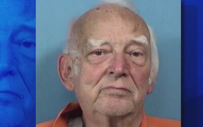 Acusan a un sospechoso de 79 años de edad de dispararle a un empleado de...