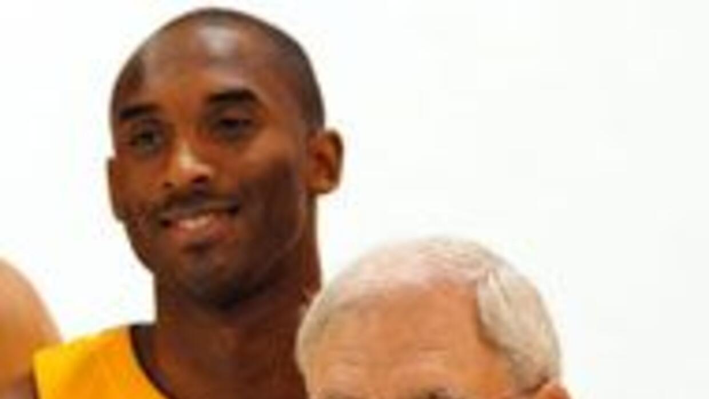 Protesta contra Phil Jackson, entrenador de los Lakers, por no condenar...