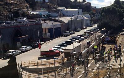 Protestan en las vías del ferrocarril en Nogales, Arizona.