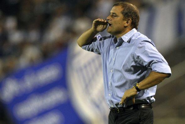 El técnico Diego Aguirre repartió indicaciones constanteme...