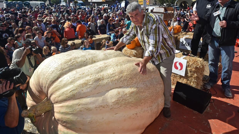 Steve Daletas, de Pleasant Hill, Oregon, con una enorme calabaza de 893...