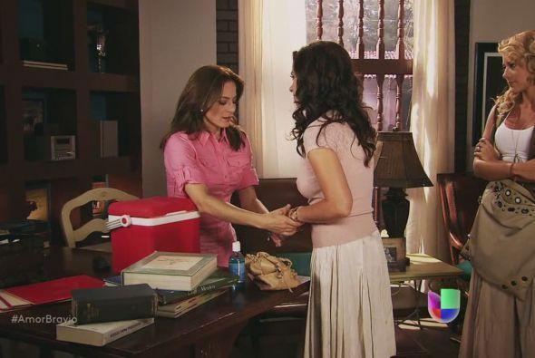 Llega la vacuna a manos de Camila.