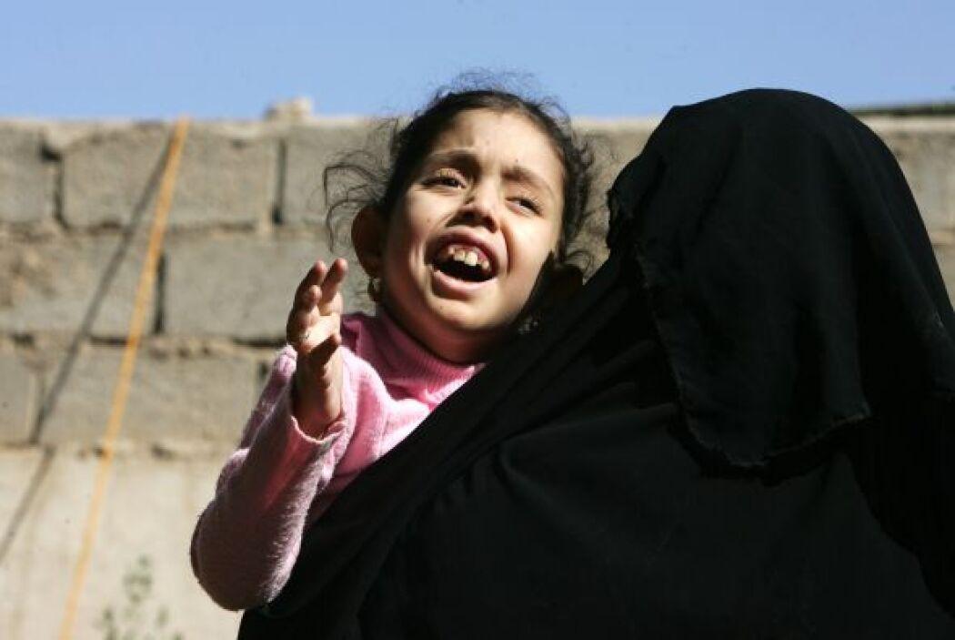 Muchas madres que han perdido a sus esposos tratan como pueden de sacar...