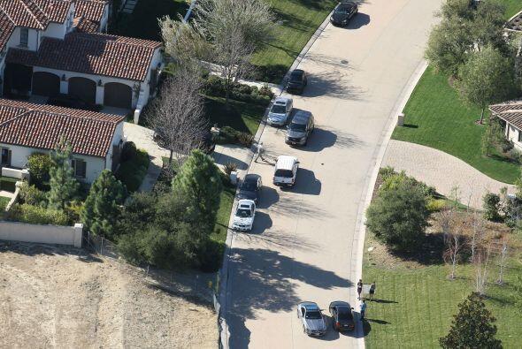Las patrullas afuera del hogar de Justin.  Mira aquí los videos más chis...