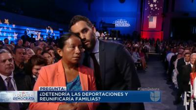 El gesto de la noche: Enrique Acevedo traduce al oído de una indocumenta...