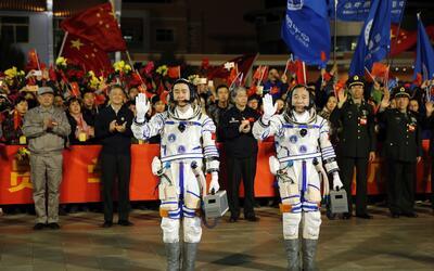Jing Haipeng, a la derecha y Chen Dong, a su izquierda, astronautas chin...