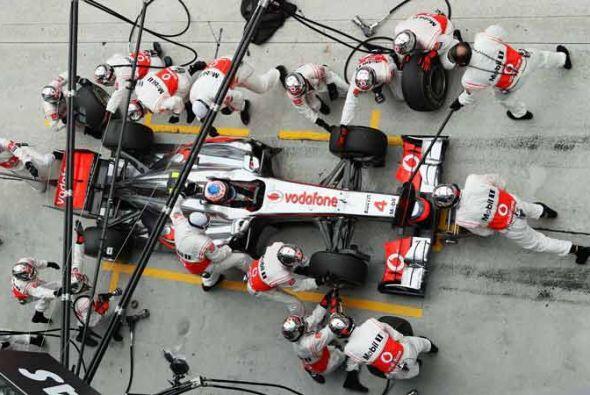 El McLaren-Mercedes de Lewis Hamilton tuvo que parar a dos vueltas del f...
