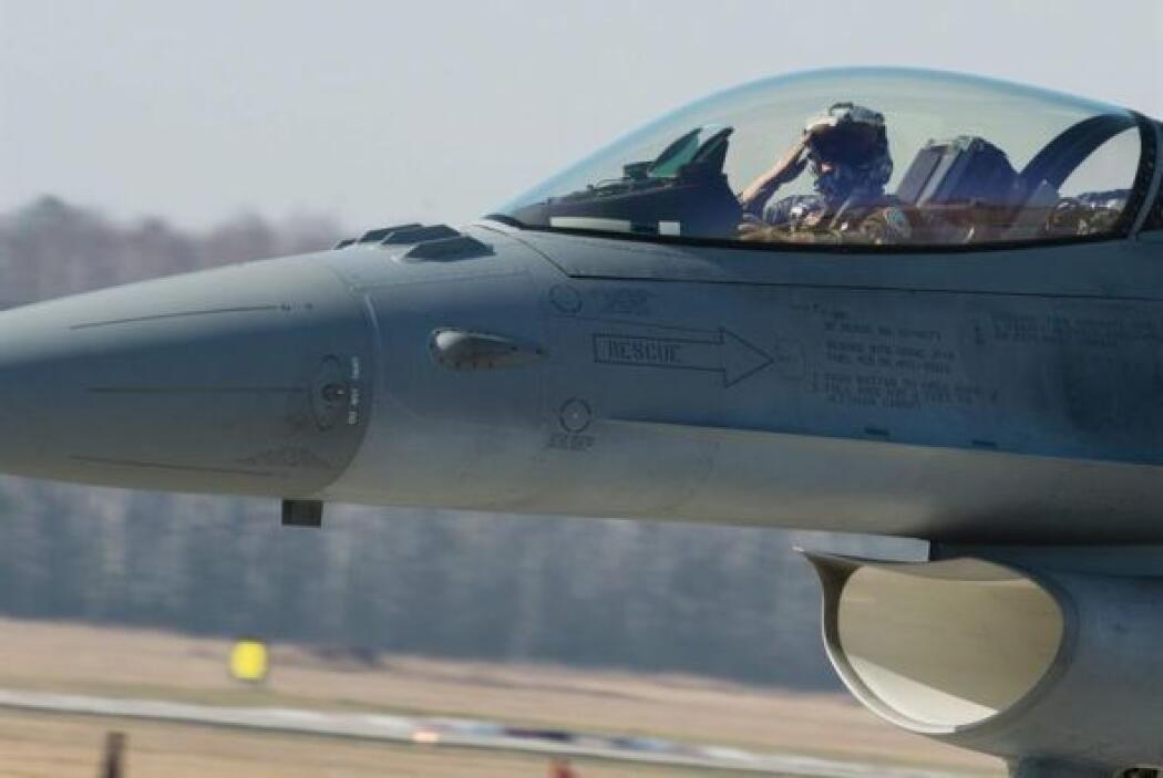Un piloto de un caza F-16 de las Fuerzas Aéreas polacas saluda tras ater...