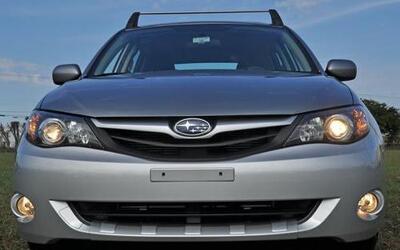 El frente del auto porta la clásica parrilla de la marca japonesa.