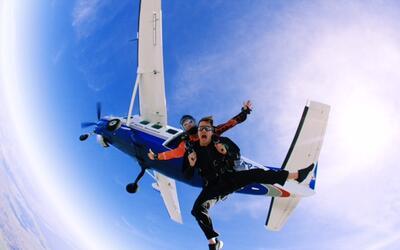 La idea de saltar en paracaídas es aterradora para muchas persona...