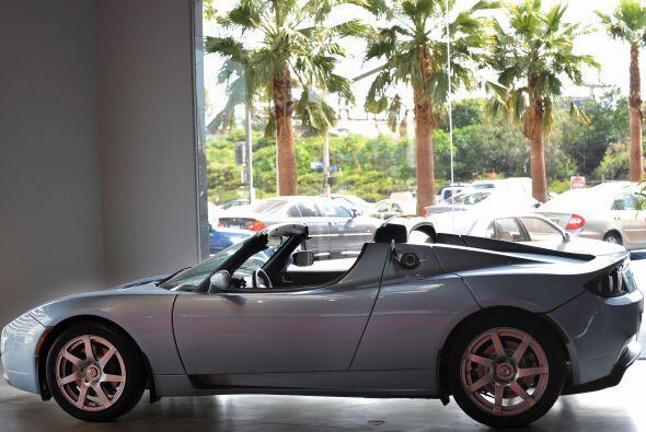 8.- Tesla Roadster.- Atrás quedaron los híbridos con poco...