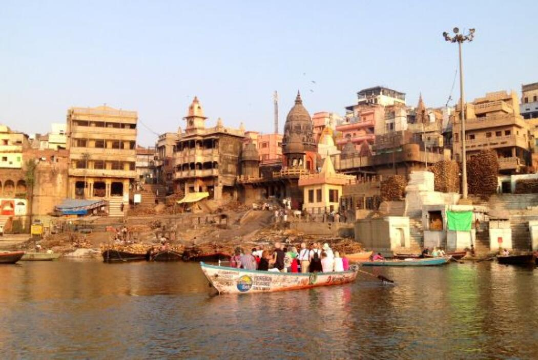 La sagrada ciudad de Benarés, en donde los hindúes vienen a morir. En es...