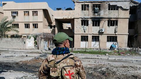 Un miembro de las fuerzas iraquíes en la Ciudad Vieja en la zona...