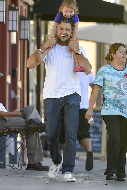 Así fue captado Jaime Camil, llevando a su pequeña Elena e...