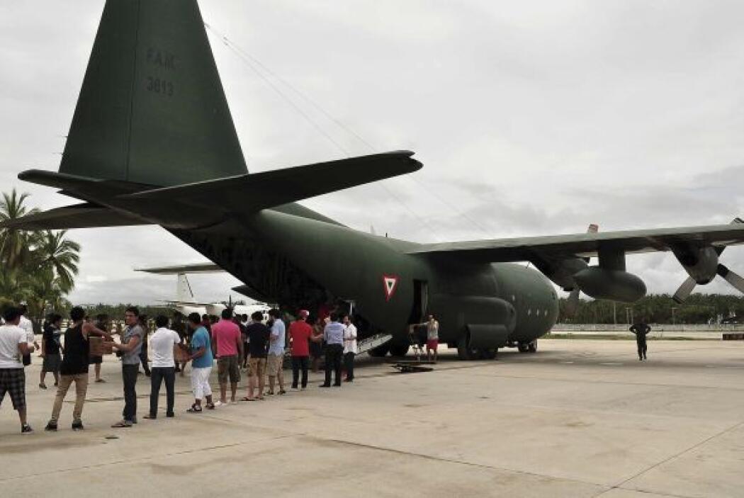 En tanto, más de mil 500 personas han sido trasladadas en aeronaves de l...