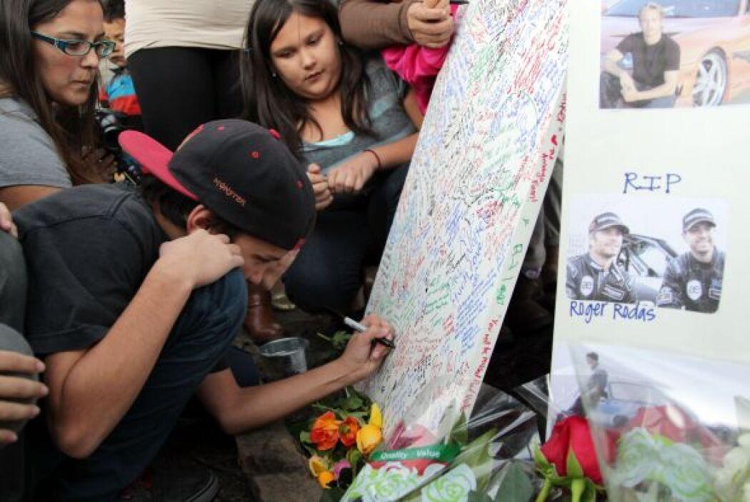 Chicos y grandes dejan mensajes de apoyo a la familia y amigos de Walker...