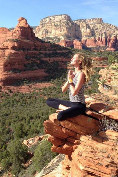 Aquí Gisele Bündchen realizando una de las posiciones más comunes de yog...