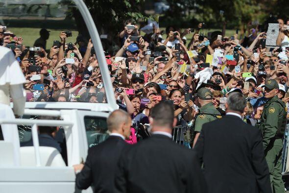 Va rodeado de decenas patrullas y cientos de agentes de seguridad.