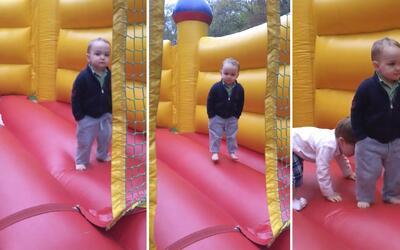 El niño más serio: ni un adulto se comportaría así en una casa inflable
