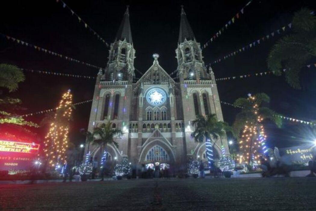 Personas caminan alrededor de la Catedral de Santa María durante la cele...