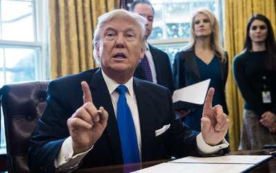 El presidente Donald Trump durante una firma de órdenes ejecutiva...
