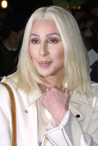 Con un 'blondie' casi cenizo, Cher reapareció ante las pantallas...