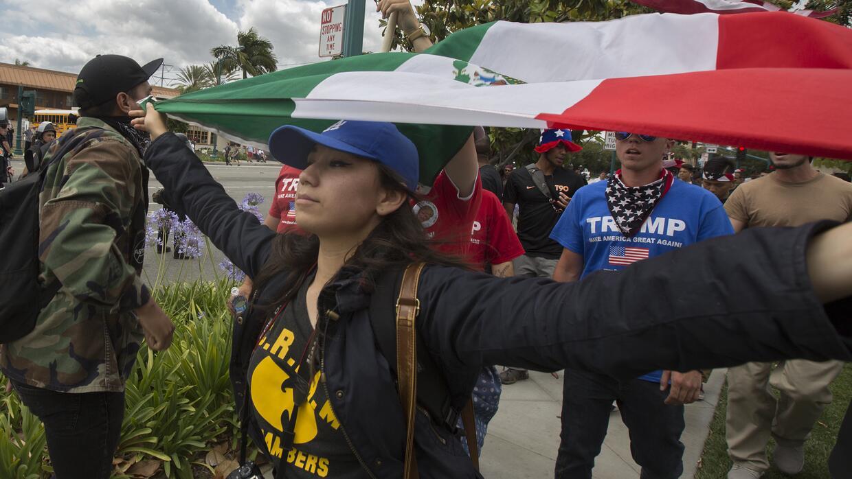 Una manifestante protesta contra el racismo en Anaheim, en el condado de...