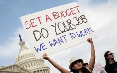 Varias personas protestan a las afueras del Capitolio de los EEUU para e...
