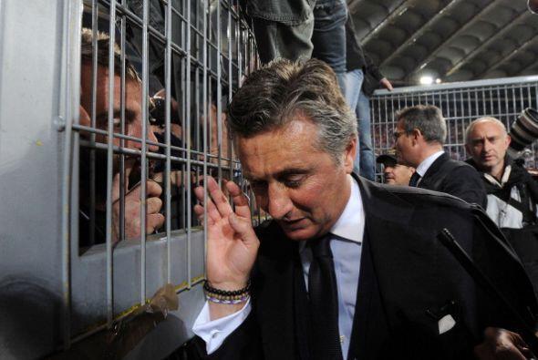 El director deportivo de Fiorentina Daniele Prade interactuó con Tifosi...