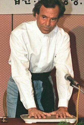 En 1988 se convirtió en el primer artista internacional en tener un espe...