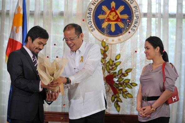 Con su esposa Jinky como testigo, el Presidente filipino devolvió el fav...