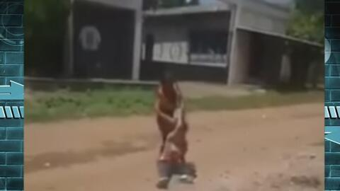 Vea cómo esta madre arrastra con furia por la calle a su hija discapacitada