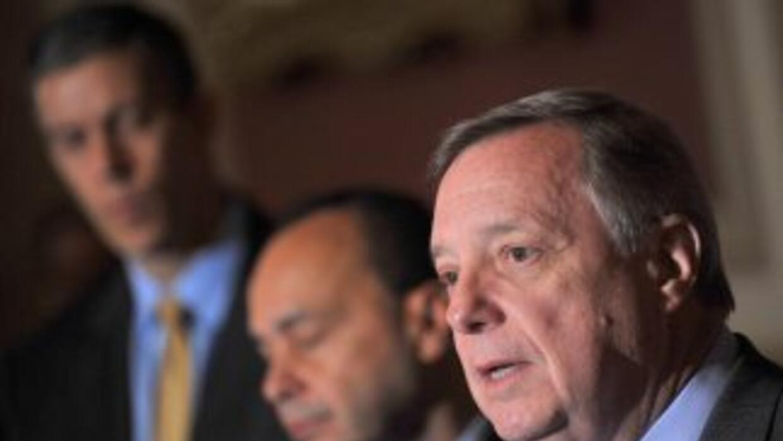 El legislador Luis Gutiérrez (demócrata de Illinois) (centro) y el Senad...