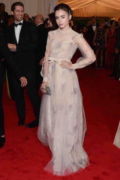 Lily Collins con un look de antaño en su Valentino Couture.   Mir...