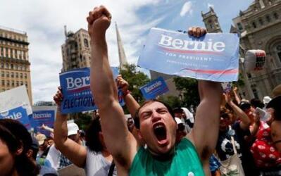 Un partidario del senador Bernie Sanders participa en una marcha cerca d...