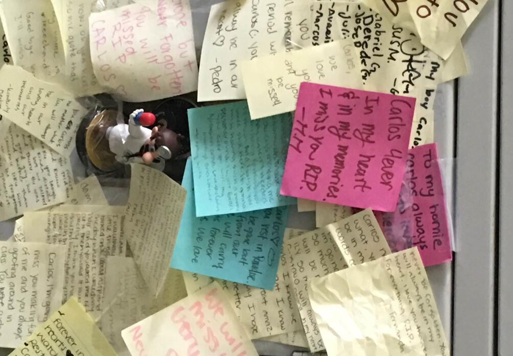 Casillero de Carlos Jovel lleno de mensajes de recuerdos de sus compañeros