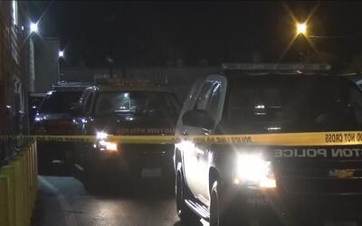 Policía encuentra un cuerpo parcialmente decapitado en un complejo de ap...
