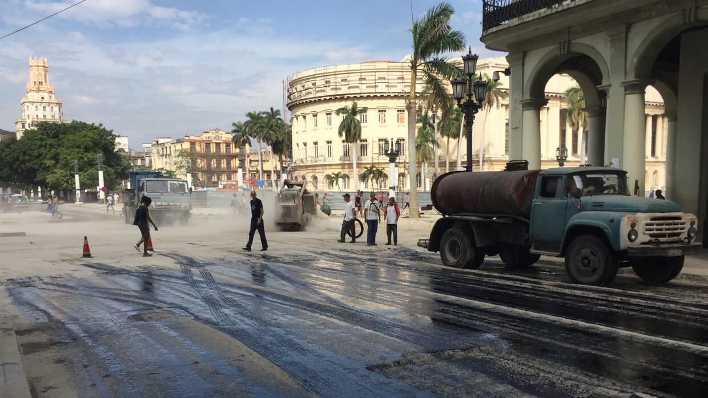 Trabajos de pavimentación en La Habana previo a la visita de Barack Obama.
