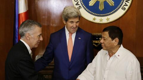El presidente filipino Rodrigo Duterte (d) saluda al embajador estadouni...