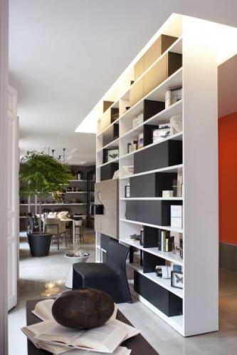 Si tienes muchos objetos pequeños decorativos, un estante con varias rep...