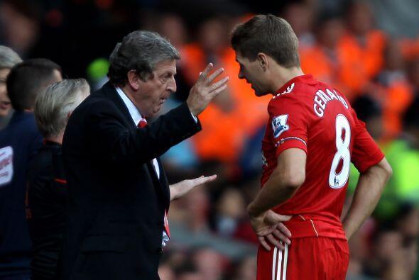 El nuevo entrenador del Liverpool, Roy Hodgson, daba instrucciones a sus...