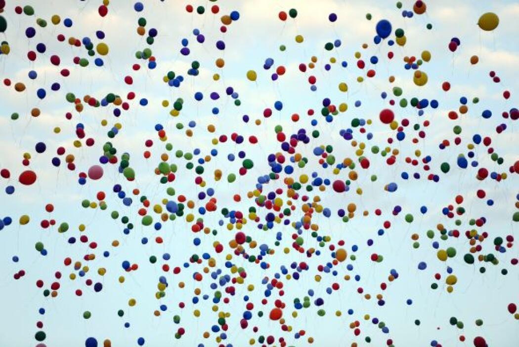 Globos vuelan en el cielo durante el Festival Sziget en la isla Obudai e...