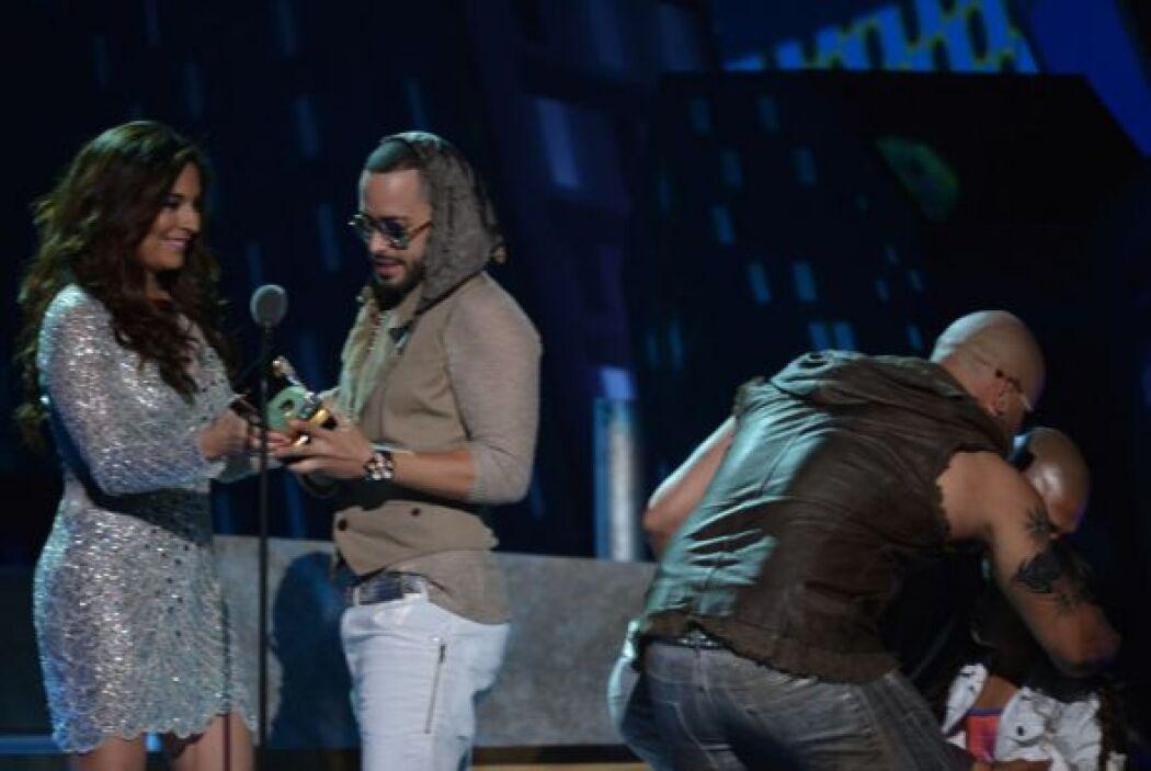 Wisin y Yandel pasaron a recoger el reconocimiento especial Idolo de la...