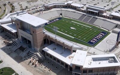 El Eagle Stadium (ubicado en Allen) costó más de 72 millon...