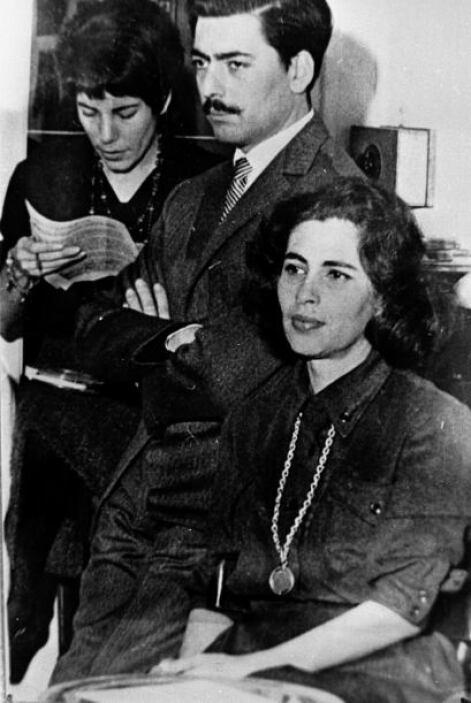 Vargas Llosa está casado actualmente con Patricia Llosa. Su primer matri...