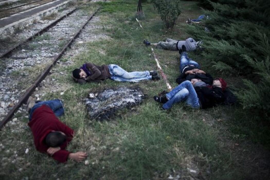 Miles de inmigrantes quedan abandonados a su propia suerte en Grecia des...