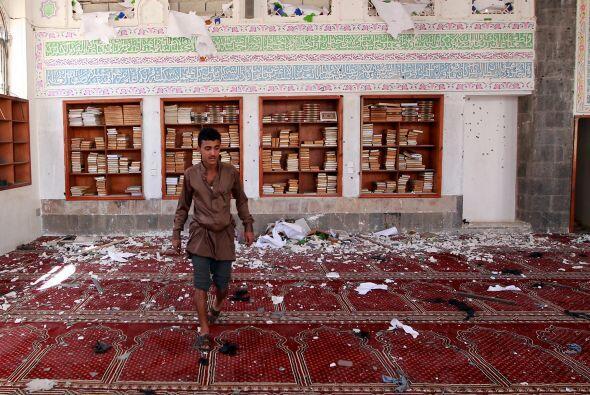 Así fue como quedó la mezquita Badr en el sur de Saná tras un bombardeo...